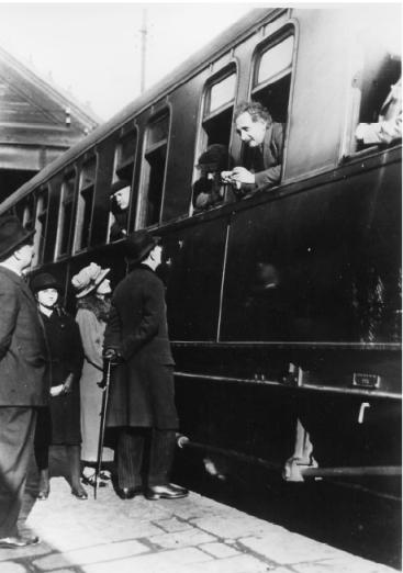 Albert Einstein a l'estació de Barcelona, abocat a una de les finestretes del tren amb destinació a Madrid, l'1 de març de 1923.